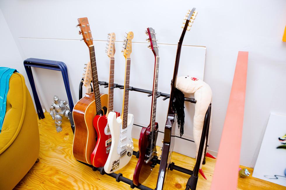 ギターと『快速東京の東京てれび』メインMCのフェリさんが並ぶ