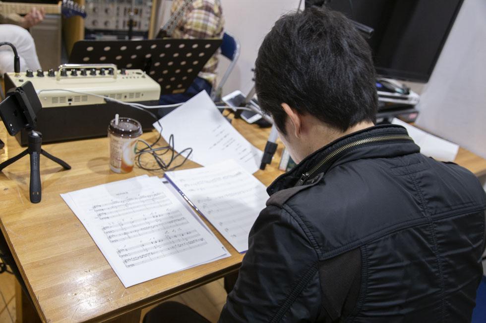 塩澤さんのレッスン中、譜面作成に勤しむ塩チョ